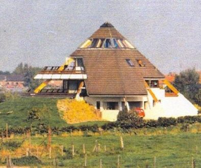 Foto eerste piramidewoning te Loo Nederland: Copyright Erven Architect A.H.R. Parmentier